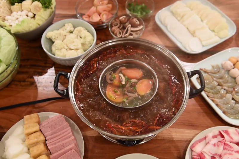 火鍋湯底有「三高」危機─高油、高納、高普林。(翻攝自youtube)