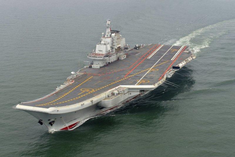 中國航空母艦「遼寧艦」繞過台灣開往南海演練(AP)