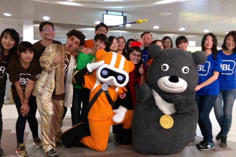 潮天團攜手世大運「熊讚」與台北兒童新樂園「尋寶隊長」,宣傳「分線搭乘,3線離場」和台北捷運跨年「不」打烊。(取自台北市政府)