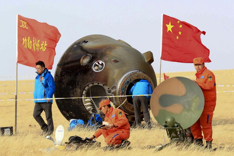 中國人員回收太空船「神舟十一號」返回地球後在降落地點掉落的碎片(AP)