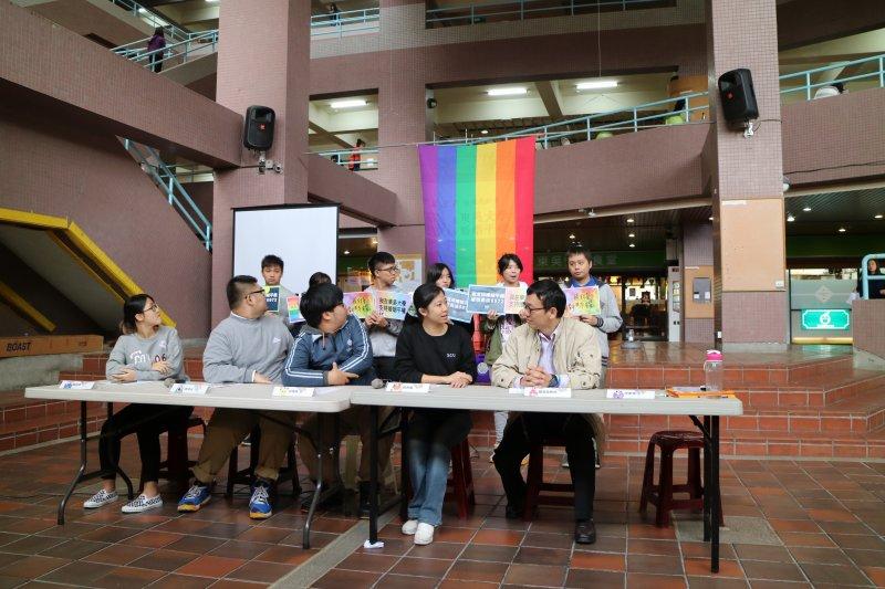東吳大學學生發起連署力挺婚姻平權。(東吳大學學生提供)