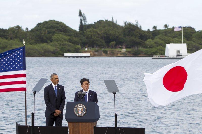 日本首相安倍晉三與美國總統歐巴馬連袂造訪珍珠港的「美國海軍亞利桑那號戰艦紀念館」。(美聯社)
