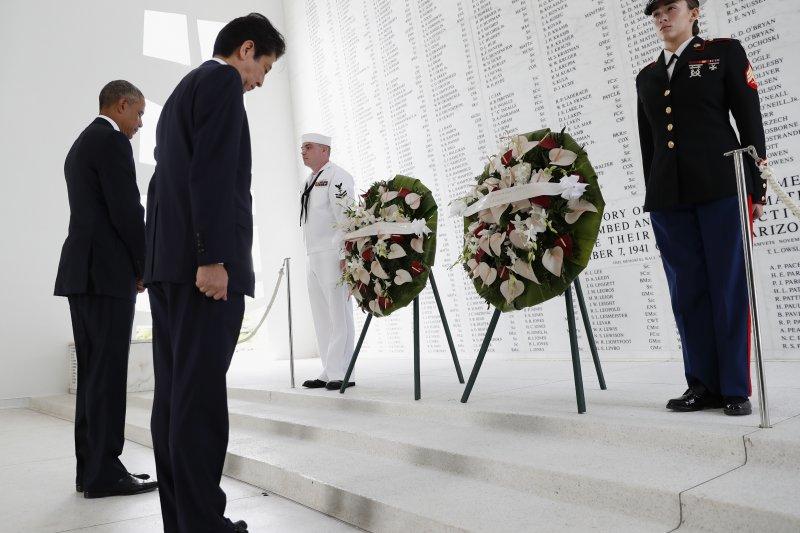 日本首相安倍晉三與美國總統歐巴馬在「美國海軍亞利桑那號戰艦紀念館」內獻花,並向美軍陣亡將士鞠躬致意。(美聯社)