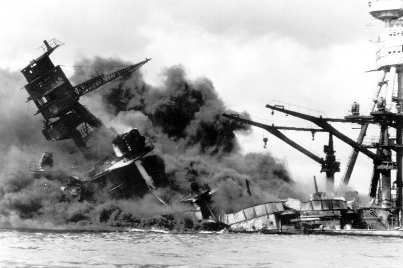 在75年前的「珍珠港事件」中,遭到日軍轟炸沉沒的美軍戰艦亞利桑那號。(美聯社)