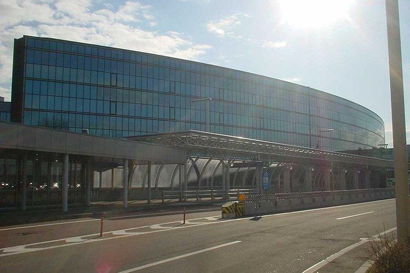 北海道新千歲機場。24日晚,北海道新千歲機場,由於航班延誤,約100名中國遊客提出抗議,四五名中國遊客擅自翻過登機口,對趕來制止的警察言語相逼引發騷亂。直到25日早上8點左右,騷亂才停止。(圖/維基百科 文/西洋參考)
