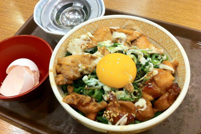 sukiya是日本常見的飲食連鎖店,平價卻意外澎湃的分量,成為許多人的最愛!(圖/bryan...@flickr)