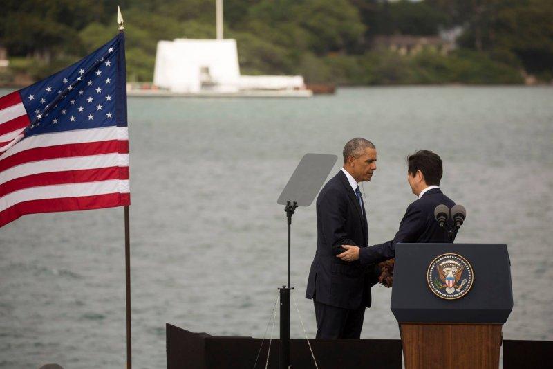 美國總統歐巴馬與日本首相安倍晉三27日連袂造訪珍珠港。(白宮臉書)