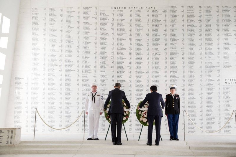 美國總統歐巴馬與日本首相安倍晉三27日在珍珠港向美軍陣亡將士獻花致意。(白宮臉書)