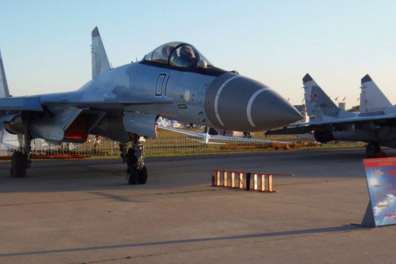 去年莫斯科航展上展出的蘇-35S戰機。這架編號為1的戰機10月份曾在莫斯科郊外幫助中國訓練飛行員,俄社交媒體上的照片顯示中俄工作人員在這架戰機前合影。(圖取自美國之音)