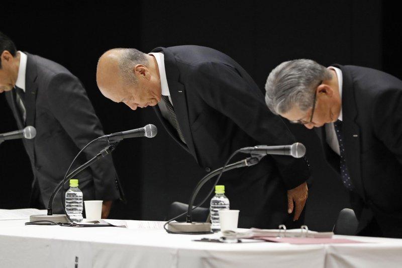 日本廣告業巨頭電通公司社長石井直(中)28日在記者會上宣布辭職並鞠躬道歉(AP)