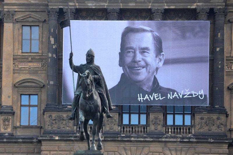 2014年11月17日的天鵝絨革命紀念日,首都布拉格的溫塞斯拉斯廣場掛起哈維爾的照片(David Sedlecký@wikipedia/CCBY-SA4.0)