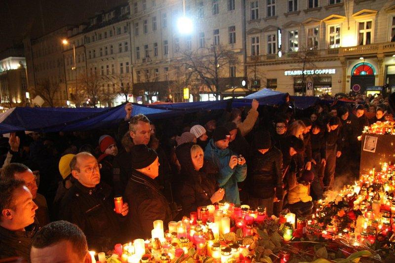 哈維爾過世當天,捷克民眾在首都布拉格的溫塞斯拉斯廣場悼念他(Chmee2@wikipedia/CCBY-SA3.0)