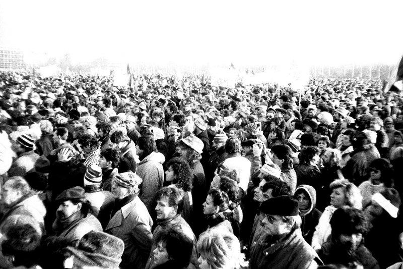 天鵝絨革命時,大批民眾走上布拉格街頭(ŠJů @wikipedia/CCBY-SA3.0)