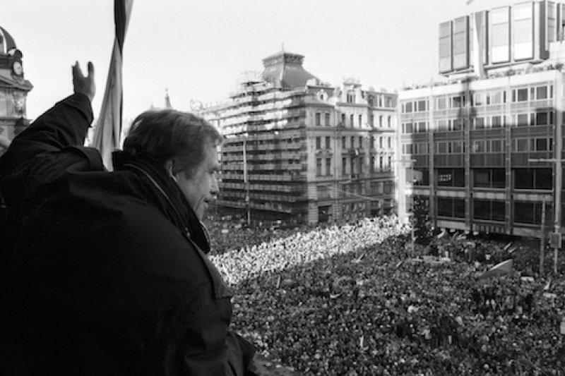 1989年12月10日國際人權日,哈維爾向大批民眾揮手(AP)