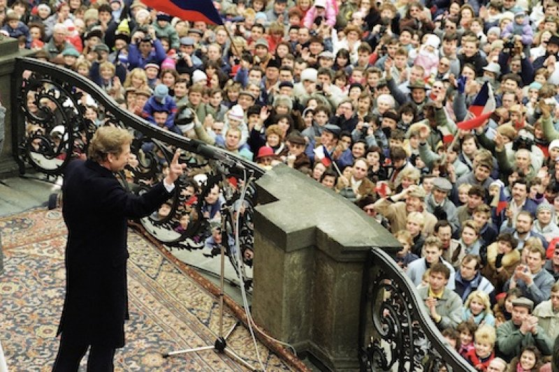哈維爾在捷克總統府向大批民眾揮手致意(AP)
