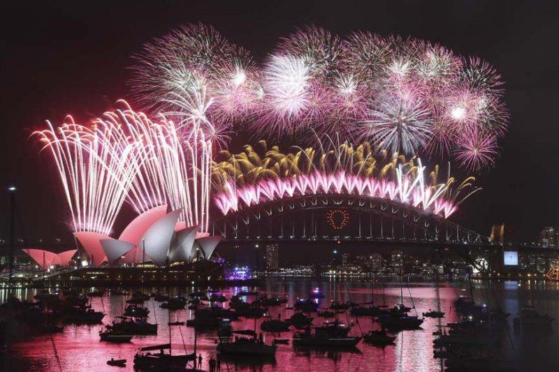 澳洲雪梨迎接2015年的跨年煙火(AP)