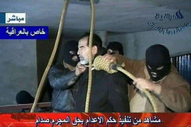 伊拉克電視台播出的行刑畫面,海珊拒絕戴上蒙面頭套。(圖/維基百科公有領域)
