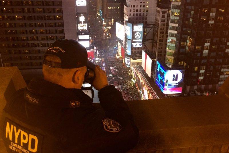 紐約市警察局(NYPD)派出高達7千名警察在時代廣場附近區域駐守。(Twitter @NYPDnews)