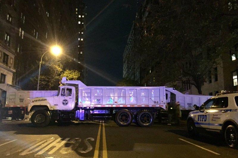 紐約市警察局(NYPD)派出65輛重型垃圾車和運沙車,阻隔主要大街路口。(Twitter @NYPDnews)
