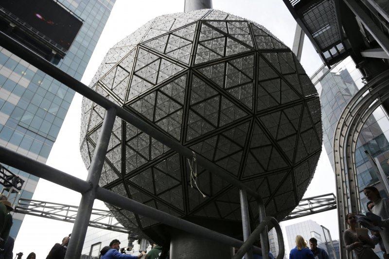 2016/2017跨年活動將至,美國紐約市「時報廣場」的水晶球已做好準備(AP)