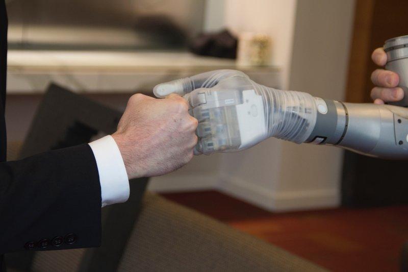 機械仿生手臂「路克」研發完成,正進入生產階段。(DARPA)