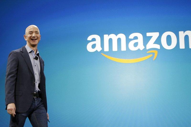 線上購物網站亞馬遜將持續擴大電商服務,並與實體做結合。(美聯社)