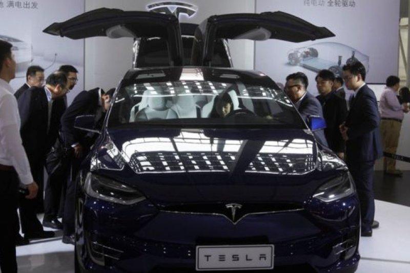 11月18日,中國廣州車展,消費者圍觀特斯拉Model X。(BBC中文網)