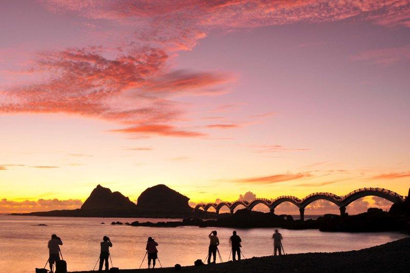 2018年台灣本島第一道曙光,將出現在屏東龍坑、台東三仙台。圖為三仙台。(資料照,取自觀光局網站)
