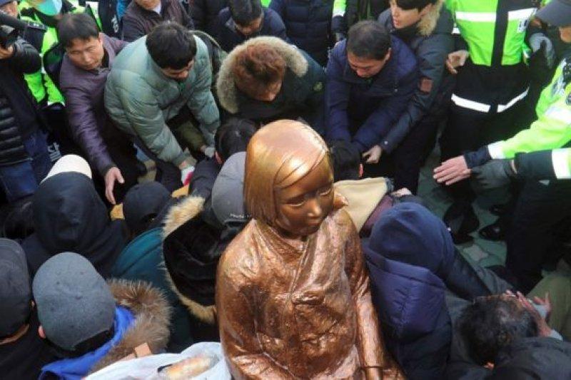 釜山市民團體曾在日本領館外樹立慰安婦少女像,但銅像被當局移走。(BBC中文網)