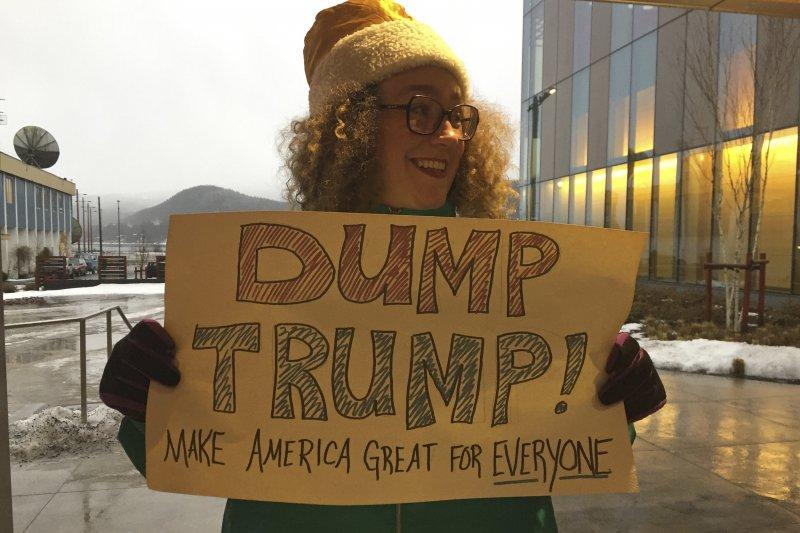 川普抗議者舉著「拋棄川普,讓所有人的美國都能再次偉大」。(美聯社)