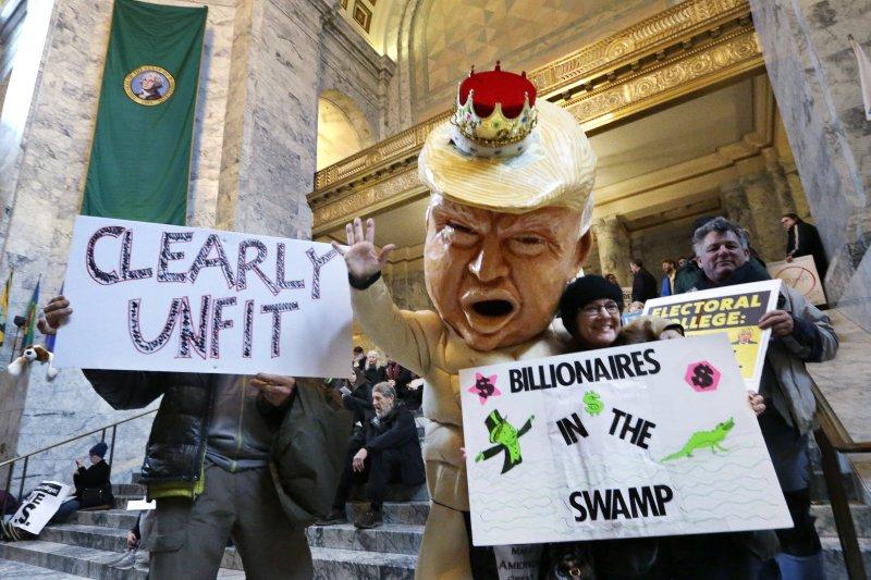 抗議者製作川普布偶裝,直指他不適任總統。(美聯社)