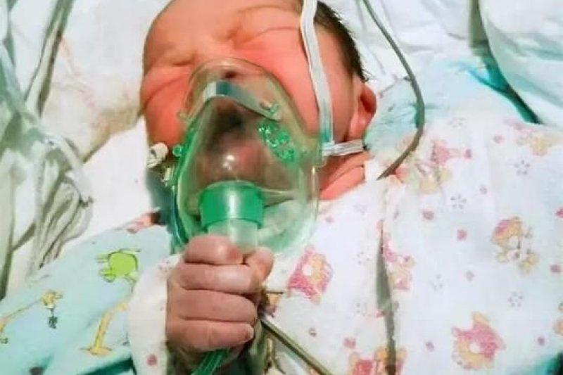 中國浙江男嬰淼淼剛出生就得帶著氧氣罩,他手抓著喉管的樣子讓許多人對生命的韌性十分感動。(華西都市報)