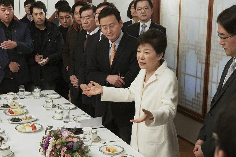 南韓總統朴槿惠1日下午在青瓦台與媒體記者座談(AP)