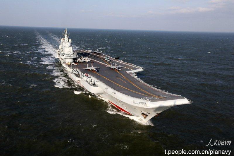 中國「遼寧號」航母繞台,對此,曾任國安高層的上將級前官員認為,共軍這些軍事動作絕非突然出現,應是計畫性的一連串作為。(取自中國海軍發布微博)