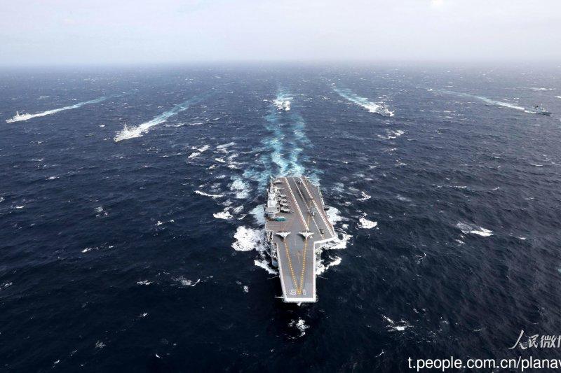 遼寧號航母船齡已近30年,若經常性進行遠海訓練,對遼寧號的船身結構和機件都「很傷」。圖為遼寧號與5艘驅逐艦。(取自中國海軍發布微博)