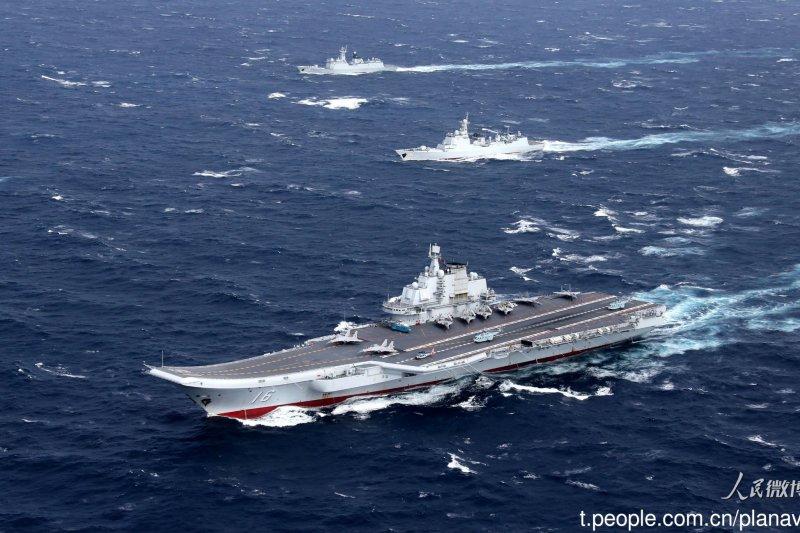 蔡英文政府首份「四年期國防總檢討報告」QDR(Quadrennial Defense Review)在國軍面臨的戰略環境轉變和敵情威脅部分,將納入中共軍機和航母進行遠海航訓、繞台的新威脅。圖為中國「遼寧號」航母與5艘驅逐艦進行跨海區訓練任務。(取自中國海軍發布微博)