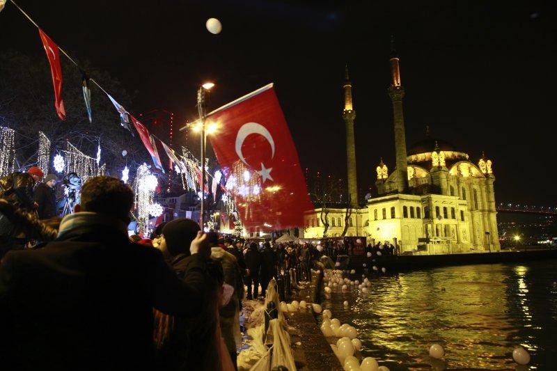 博斯普魯斯海峽旁的伊斯坦堡沈浸在跨年夜的歡樂中。(美聯社)
