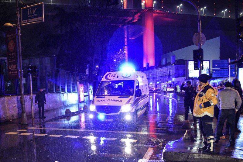 土耳其伊斯坦堡一間夜店在跨年夜遭受攻擊,救護車趕赴現場救援傷者。(美聯社)