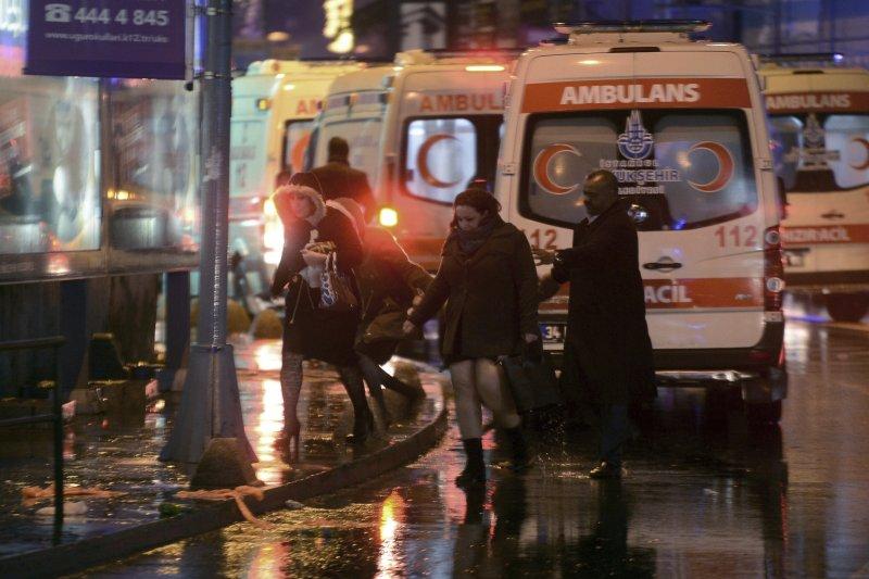 土耳其伊斯坦堡一間夜店在跨年夜遭受攻擊,盛裝打扮的民眾正在逃離現場。(美聯社)