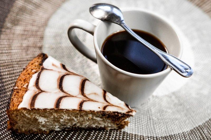 口試時,學生都會為口委準備茶點。(圖/pixabay)