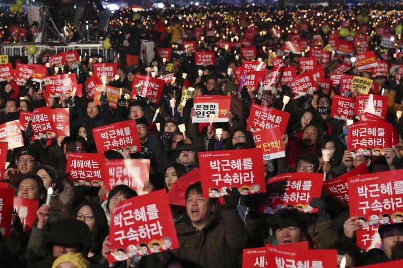 2016年最後一天,南韓民眾舉行第10次燭光集會,要求朴槿惠總統下台(AP)