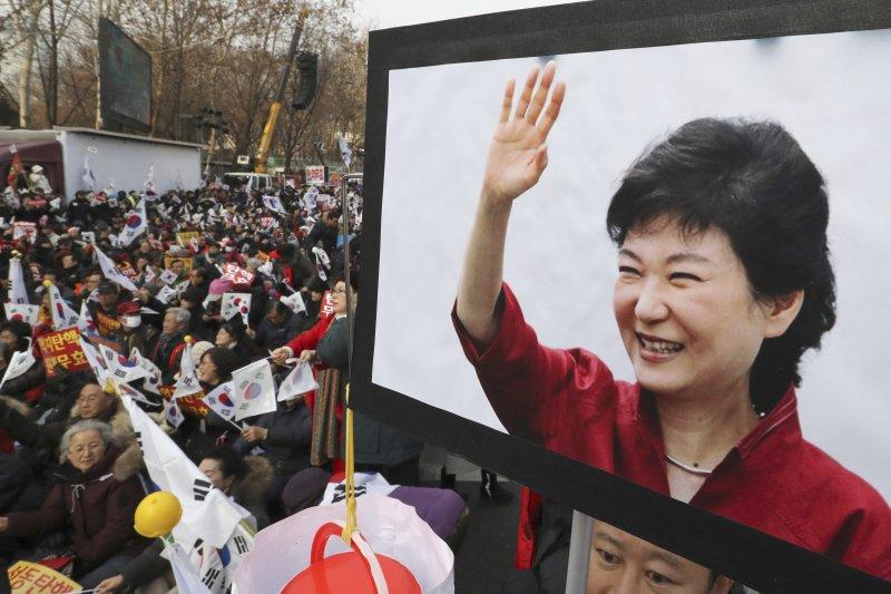 2016年最後一天,有南韓民眾集會力挺遭到彈劾的朴槿惠總統(AP)