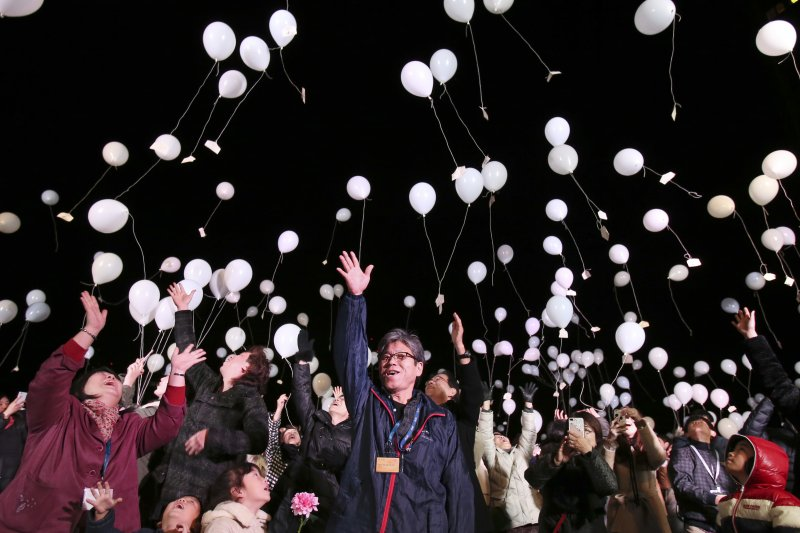 日本民眾跨年放白氣球祈求新年和平(AP)