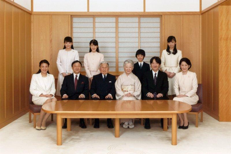 日本明仁天皇與子孫的新年全家福照(AP)