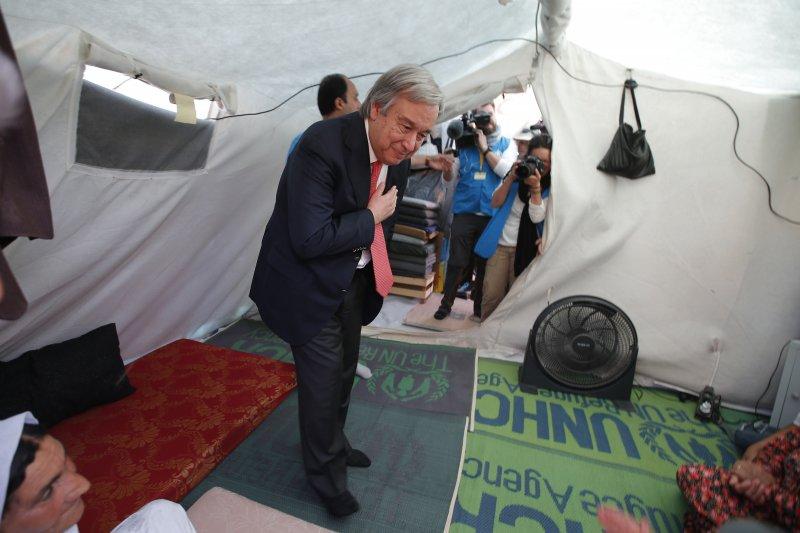 聯合國新任秘書長古特雷斯在擔任難民署高級專員時,曾拜訪位於土耳其南部的難民營。(美聯社)