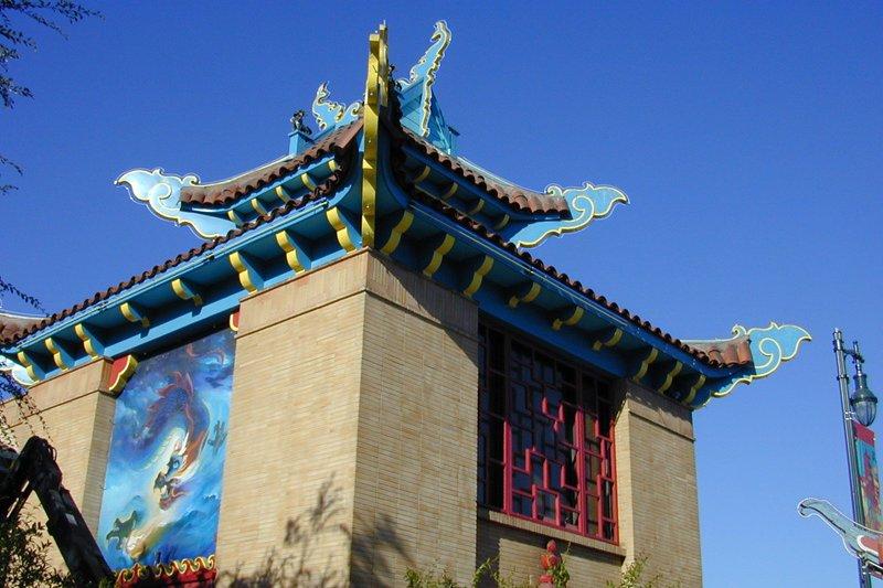 動畫藝術大師黃齊耀(Tyrus Wong)為洛杉磯唐人街繪製的壁畫(Ucla90024@Wikipedia / CC BY 3.0)