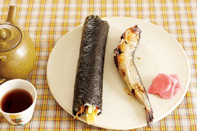 惠方捲和烤沙丁魚乾。(圖/山岳出版提供)