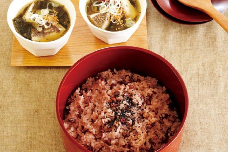 紅豆飯和鯛魚海帶芽湯。(圖/山岳出版提供)