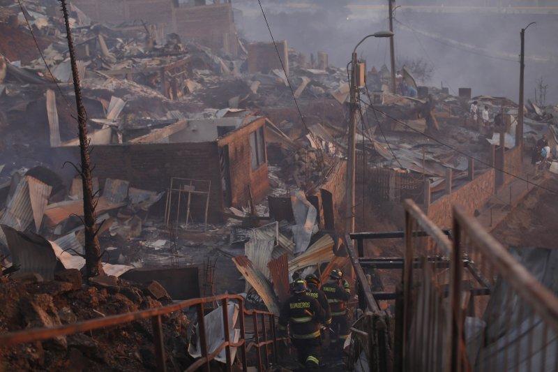 智利觀光港市瓦巴萊索,2日遭野火肆虐,政府緊急撤離400名民眾。(美聯社)