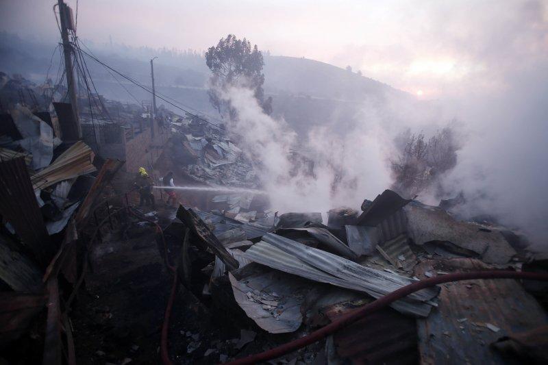 智利觀光港市瓦巴萊索,2日遭野火肆虐,造成19人受傷。(美聯社)
